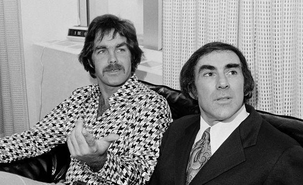 Derek Sanderson (vas.) kävi katkolla 13 kertaa ennen kuin pääsi eroon alkoholista ja huumeista. Kuvassa oikealla hänen asianajajansa Bob Woolf.