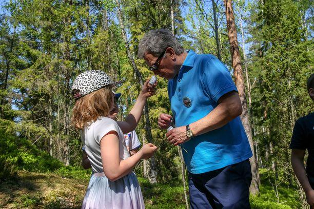 Alle 35-vuotiaiden mielestä isänmaallisuus kiteytyy suomalaisessa luonnossa ja kansallispuistoissa. Isänmaallisuus taas henkilöityy vastaajien mukaan kolmanneksi eniten presidentti Sauli Niinistössä. Kuvassa Niinistö on lasten metsäretkipäivässä Kasavuoren luontopolulla kesällä 2018.