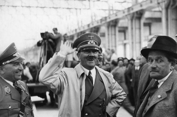 Hirmuhallitsija Hitler kuvattiin useammin suupielet alaspäin kuin hymyileväisenä. Kuva vuodelta 1938.