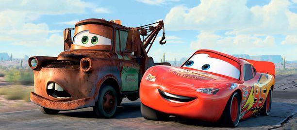 Salama McQueen tutustuu hinausauto Marttiin, veteraani Doc Hudsoniin ja Sally-Porscheen.