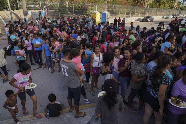 Yhdysvaltoihin pyrkiviä ihmisiä jonottamassa ruokaa Meksikon puolella rajaa. Kuva elokuun lopulta.