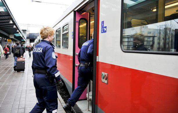 LOPPU. Jos suunnitelmat toteutuvat, poliisimatkustajien ei enää tarvitsisi puuttua häiriköintiin esimerkiksi lähiliikenteen junissa.