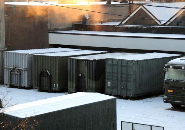Perjantaiaamuna Haminan varuskunnan Pampyölin kasarmin varastoalueelta löytyi useita kontillisia salakuljetettuja ohjuksia.