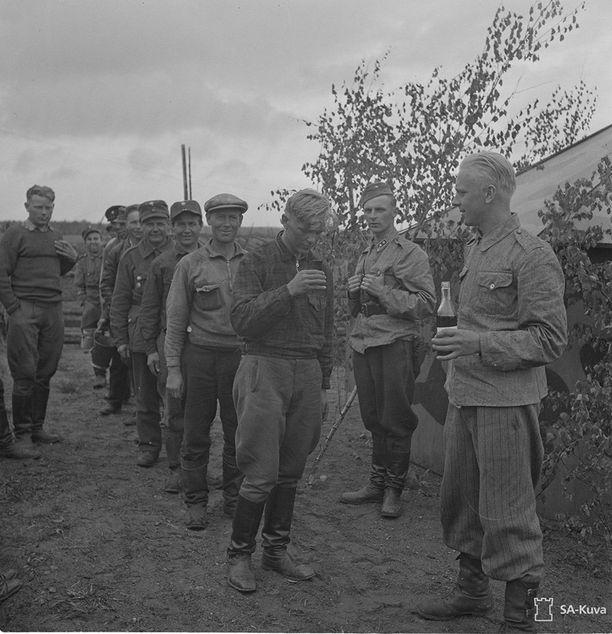 Suomen marsalkan 75-vuotispäiväjuhlat LinnRP 254 järjestäminä: Juhlan kunniaksi jaetaan miehille konjakkia. Pisi 04.06 1942.