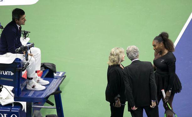 Carlos Ramos (kuvassa vasemmalla) antoi Serena Williamsille varoituksia ja lopulta pelirangaistuksen Yhdysvaltain avoimen tennisturnauksen loppuottelussa. Williams hävisi finaalin Naomi Osakalle.