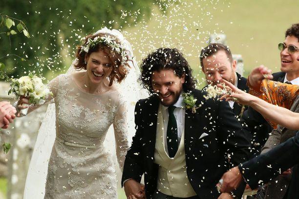 Onnellisen parin hääjuhlaa vietetään morsiamen perheen sukulinnassa Skotlannissa.