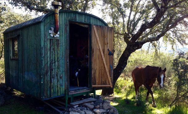 Neljä vuotta sitten Henri Lokki oli vapaaehtoistöissä ystävänsä maatilalla Portugalissa. Hänen asuinpaikkanaan toimi tuolloin vanha sirkusvaunu, jonka yksinkertainen tarkoituksenmukaisuus sai Lokin pohtimaan omaa asumistaan.