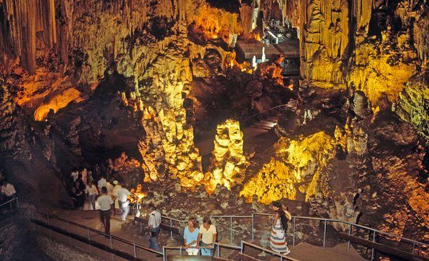 Ihmisen uskotaan asuttaneen Nerjan tippukiviluolia noin 25 000 vuotta.