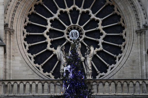 Pariisilaiset juhlivat Notre Damessa muun muassa joulua.