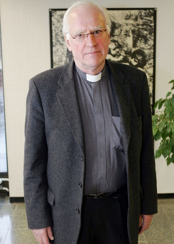 KOKENUT PAPPI. Kirkkoherra Kaj Engströmin mukaan suruviestin vieminen on herkkää ihmisten tapaamista, jossa koitetaan olla hienotunteisia, antaa ihmisille aikaa hyväksyä asia ja kohdata todellisuus.