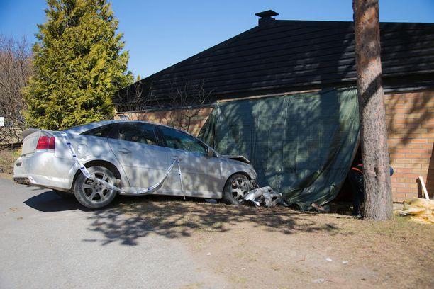Epäilty rattijuoppo ajoi päin rivitaloasunnon seinää Tampereella.