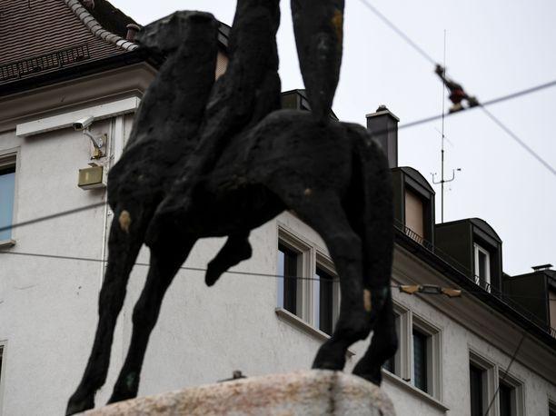 Freiburgin kaupunki Baden-Württembergissä on noussut viime päivinä otsikoihin 18-vuotiaan joukkoraiskauksen vuoksi. Turvakamera kuvaa Bertoldsbrunnenin monumenttia kaupungin keskustassa.
