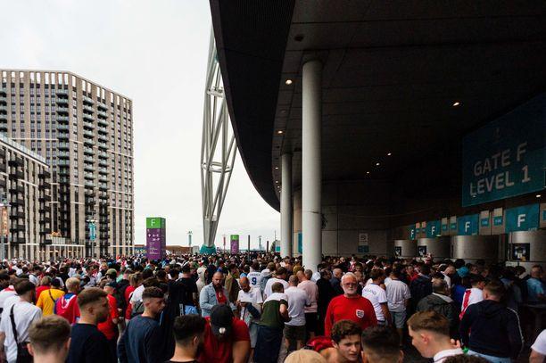 Wembleyllä oli ylimääräistä väkeä lipun ostaneiden seassa.