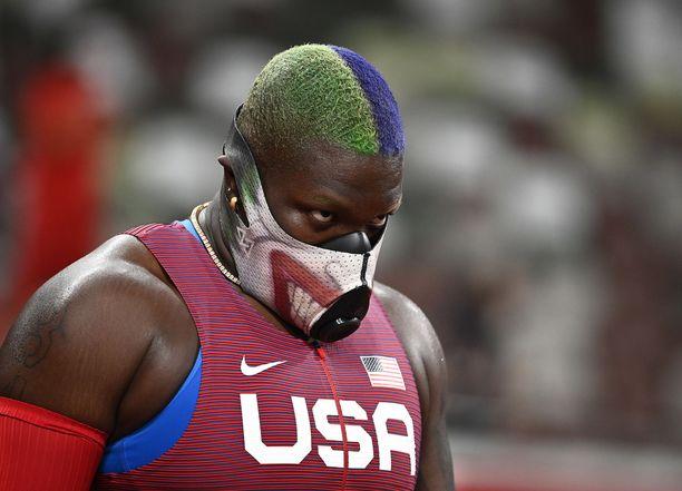 Raven Saunders työntää maski naamallaan.