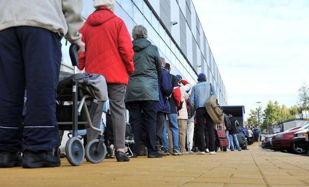 Euroopan neuvoston mukaan Suomessa maksetaan liian pieniä sosiaalitukia. Vähävaraiset hakevat lisäapua kolmannelta sektorilta, kuten leipäjonoista.
