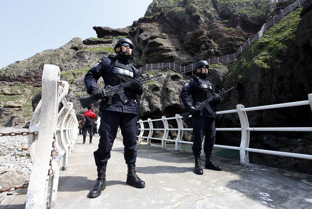 Aseistetut rannikkovartijat partioivat saarilla.