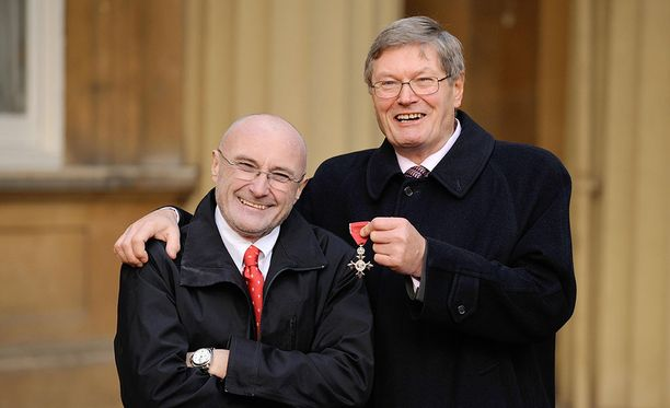 Phil Collins (vas.) aateloitiin työstään taiteen hyväksi vuonna 2012. Kuvassa on mukana hänen veljensä Clive Collins.