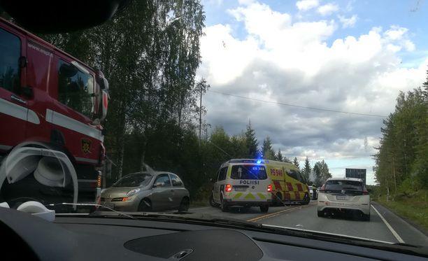 Pelastusajoneuvot ruuhkauttivat liikenteen onnettomuuspaikalla Huuhanahossa.