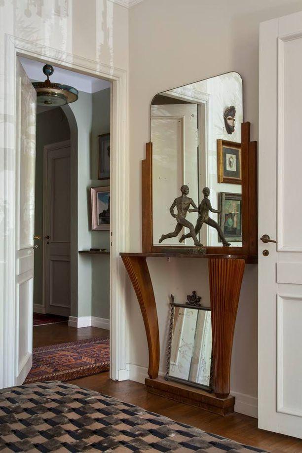 Art deco -asunnon eteishallissa on käytetty oivaltavasti peilejä, joilla saadaan avaruutta