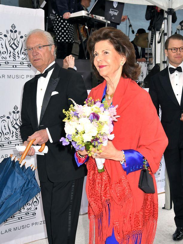 Kuningatar Silvia oli pukenut harteilleen punaisen shaalin.