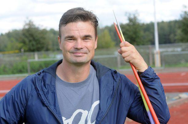 Matti Närhi asuu Lempäälässä ja vetää keihäskoulua alueen nuorille.