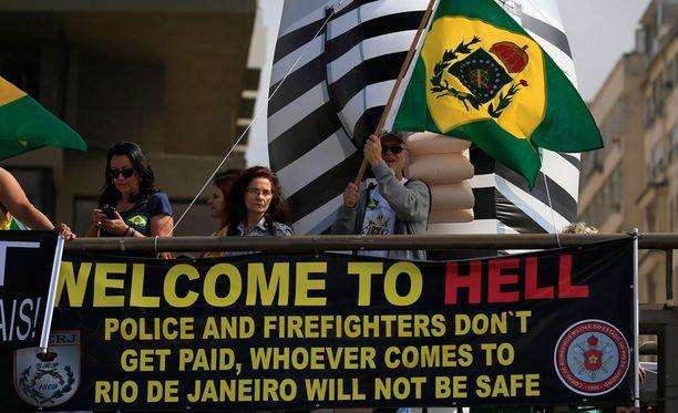 Rion poliisit ja palomiehet protestoivat Copacabanan rantaboulevardilla heinäkuun lopussa.