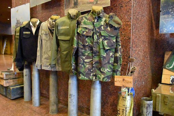 Kiovassa sijaitsevassa toisen maailman sodan museossa on näyttely myös meneillään olevasta sodasta. Kirjava kattaus erilaisista univormuista sodan alkuvaiheessa kuvaa hyvin tilannetta, jossa Ukrainan armeija oli: jopa suuri osa univormuista tuli lahjoituksina.