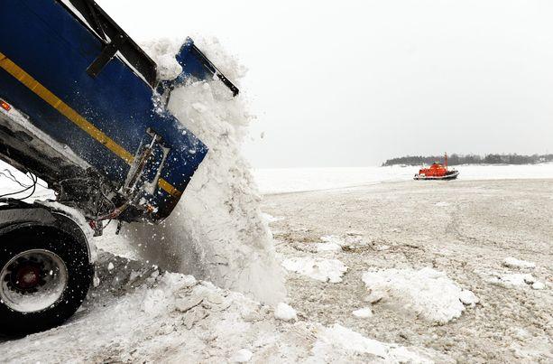 Keskustan lumet uppoavat Hernesaaren edustalle Itämereen.