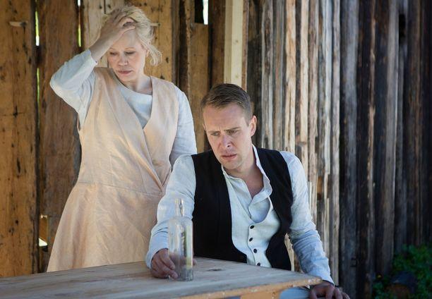Helena Juntunen ja Waltteri Torikka näyttelevät avioparia.