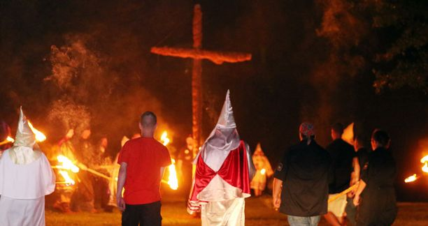 Dokumentissa nähdään KKK-jäsenien rituaaleja, joihin myös lapset osallistuvat.