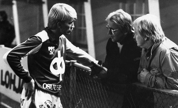 Jarmo Alatensiö vuonna 1987 juttusilla maajoukkuetta tuolloin valmentaneen Martti Kuuselan kanssa.