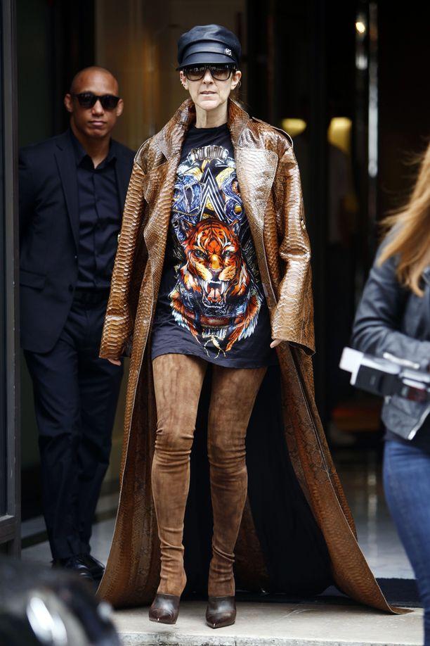Celine Dion poistui toissapäivänä hotelliltaan Pariisissa kyseenalaisessa asussa.