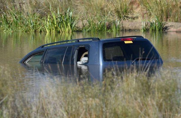 Kolme pikkulasta kuoli, kun auto syöksyi Gladman-järveen Melbournen esikaupunkialueella.