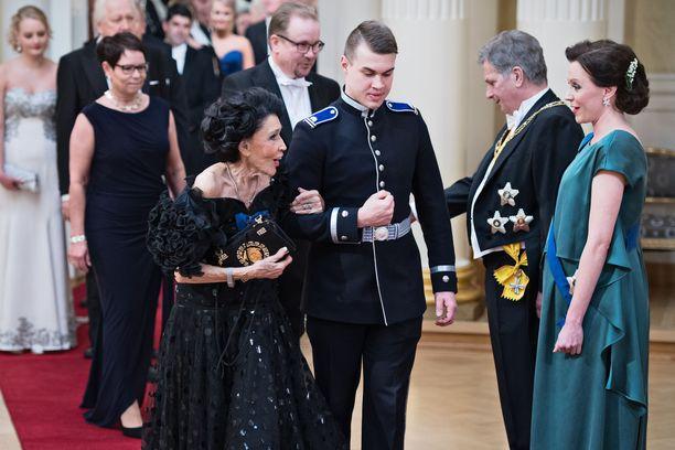 Kirsti Paakkanen nähtiin Linnan juhlissa viimeksi vuonna 2017, jolloin juhlittiin satavuotiasta Suomea. Vuosien mittaan hän on ollut useasti Linnassa nähty vieras.