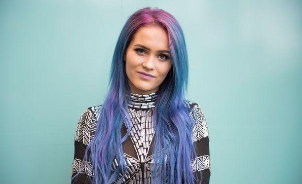 Vuonna 2016 Sannin tukka oli sini-violetti.