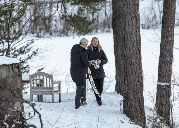 Poliisi tutki norjalaismiljonääri Tom Hagenin kodin ympäristöä.