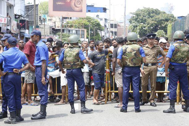 Sri Lankan poliisi eristi alueen sen jälkeen, kun St Anthony's Shrine -kirkossa sattui tappava räjähdys. Tämän hetken tietojen mukaan räjähdyksiä on ollut yhteensä seitsemän ja kuolonuhrien määrä on yli 150.