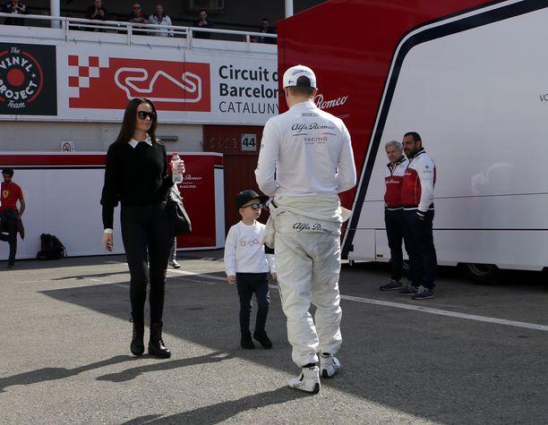 Minttu ja Robin Räikkönen vierailivat Barcelonan testeissä kuun alussa. F1-kausi alkaa tänä viikonloppuna Australiassa.