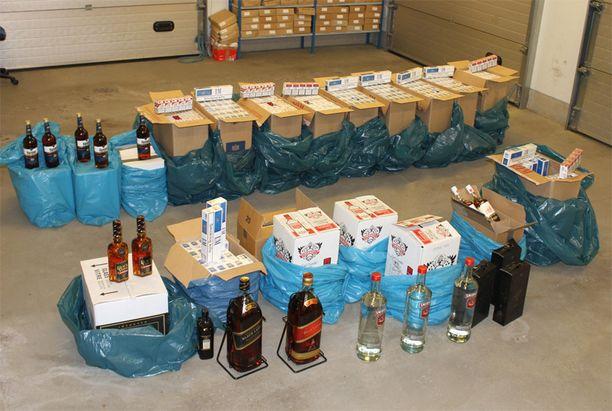 Tupakkaa oli 520 kartonkia ja väkeviä alkoholeja 108 litraa.