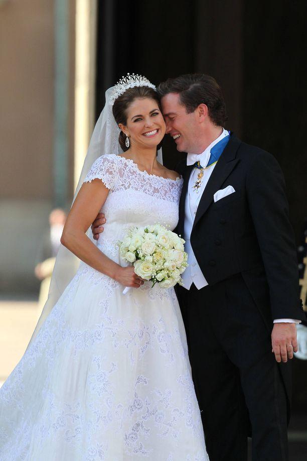 Ruotsin prinsessa Madeleine avioitui kesäkuussa 2013 amerikkalaisen liikemiehen Chris O'Neillin kanssa. Julkisuutta välttelevä ja kuvissa yrmynä esiintynyt sulhanen voitti kansalaiset puolelleen häissään näyttämällä onnensa avoimesti kaiken kansan edessä. Parin häitä juhlittiin jatkoilla pitkälle aamuyöhön saakka.