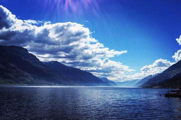179 kilometriä pitkä Hardangerinvuono on yksi Norjan ja koko maailman suurimmista. Sen suu aukeaa Bergenin pohjoispuolella.