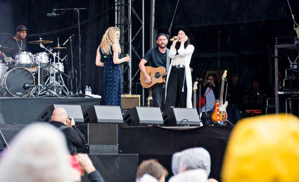 Naistähdet esittivät yhdessä Vartiaisen suositun Suru on kunniavieras -kappaleen.