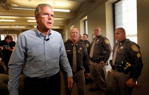 Jeb Bush tappaisi vauva-Hitlerin, jos se olisi mahdollista. Hän tapasi poliiseja New Hamphshiren Goffstownissa.