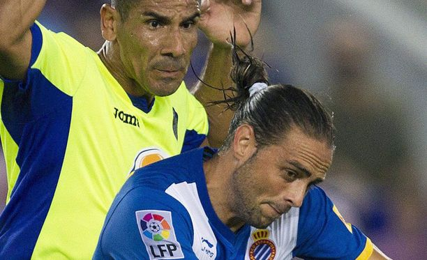 Getafen Cata Diaz ja Espanyolin Sergio Garcia taistelevat pallosta.