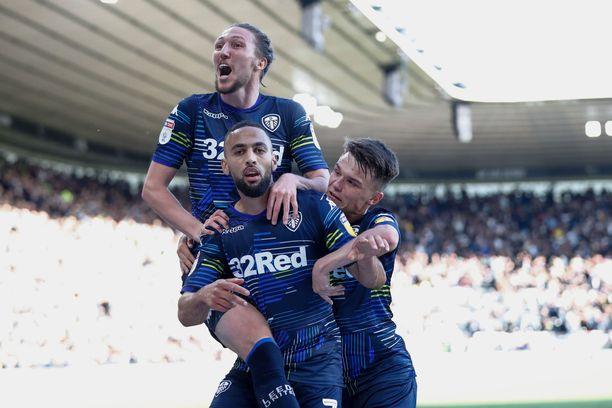 Leedsin viime kauden paras maalintekijä Kemar Roofe (keskellä) hamuaa joukkueensa kanssa nousua Valioliigaan. Ennusmerkit näyttävät hyviltä.
