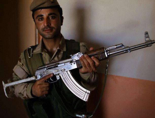 Peshmergasotilas esitteli vuonna 2014 Kalashnikov-rynnäkkökivääriä Kirkukin kaupungissa Irakissa.