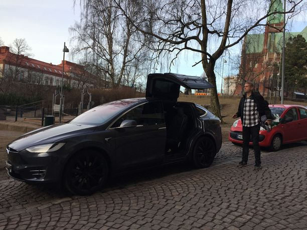 Marco Bjurström nauttii Teslassa ajomukavuudesta, ja siitä, että autossa on pitkänhuiskealle miehelle hyvin istumatilaa.