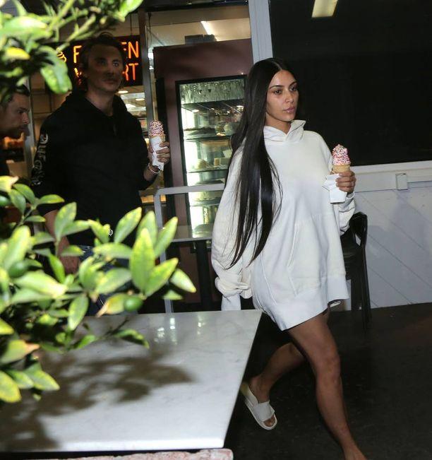 Kim Kardashian lähti jäätelökioskille arkisessa asussa.
