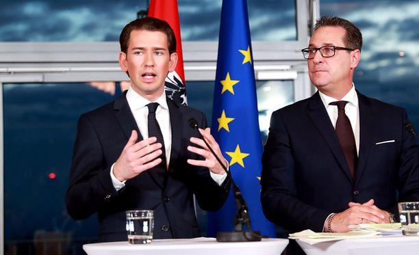 Sekä Sebastian Kurz (vas.) että äärioikeiston Heinz-Christian Strache vakuuttivat sitoutumistaan Euroopan unioniin.