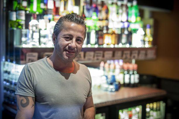 Kulmapotku-baarissa työskentelevä Serkan Kapuci oli Roihuvuorentien poliisioperaation aikaan töissä, mutta ei ehtinyt työkiireidensä vuoksi tarkkailla tapahtumia.